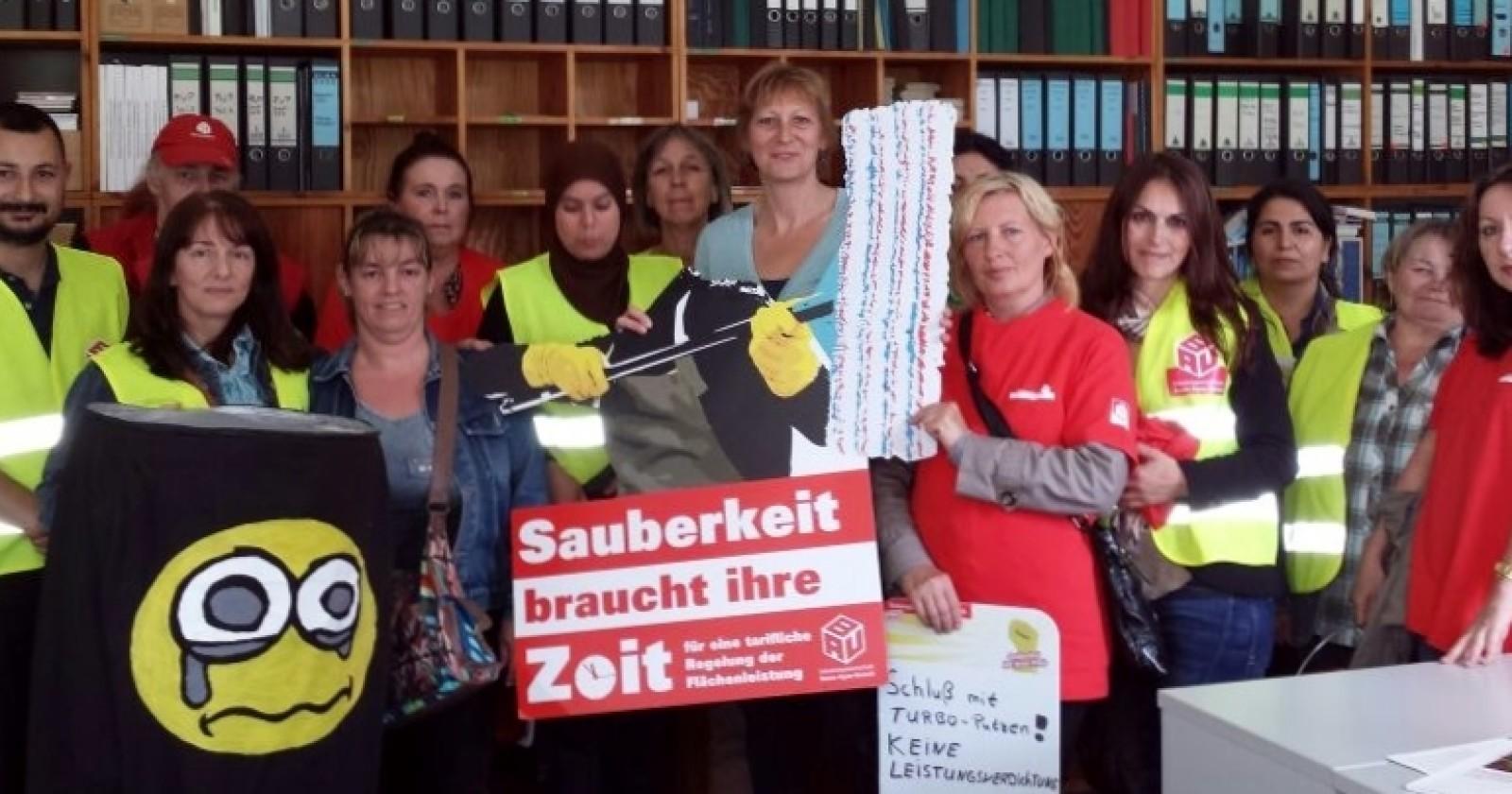Rathaus-Aktion der Krefelder Fachgruppe Gebäudereinigung. Parteien zeigen sich solidarisch.