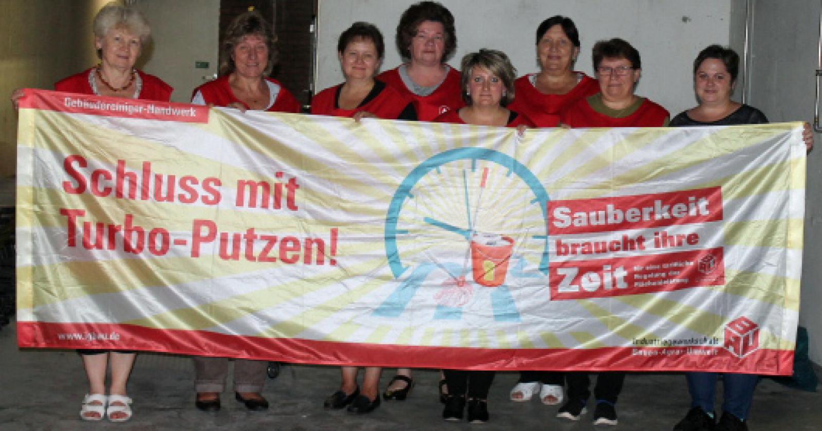 Kolleginnen der Fa. F.J. Peterhoff aus Düren erklären sich solidarisch mit den Tarifforderungen der IG BAU