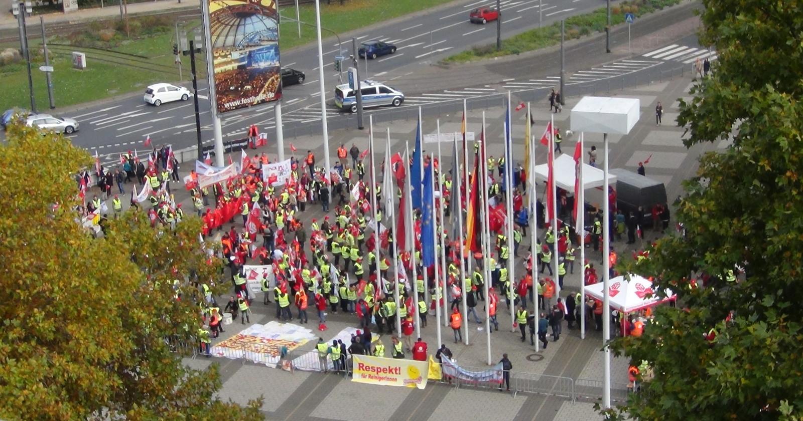 +++ Frankfurt live 13:05 Uhr - Die Demo ist am Verhandlungsort angekommen! +++