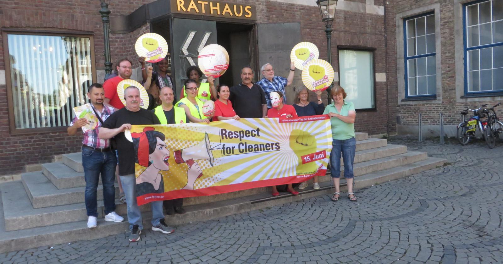 Zum Tag der Gebäudereinigung: Düsseldorfer Fachgruppe vergibt gelben Handschuh als Symbol der Solidarität mit Reinigungskräften