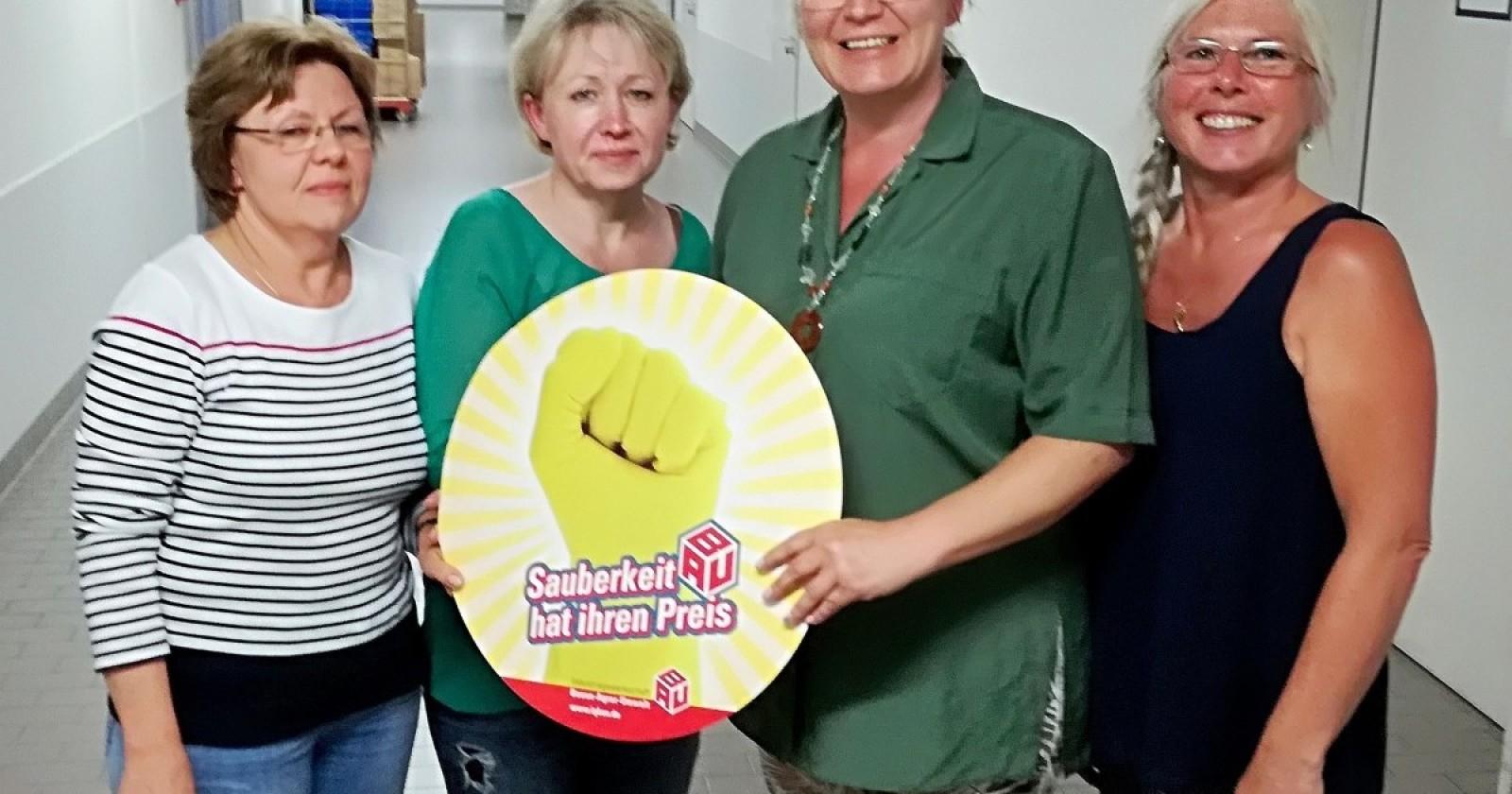 Kolleginnen im Agaplesion Kliniken Kassel unterstützen die Lohnforderungen der IG BAU