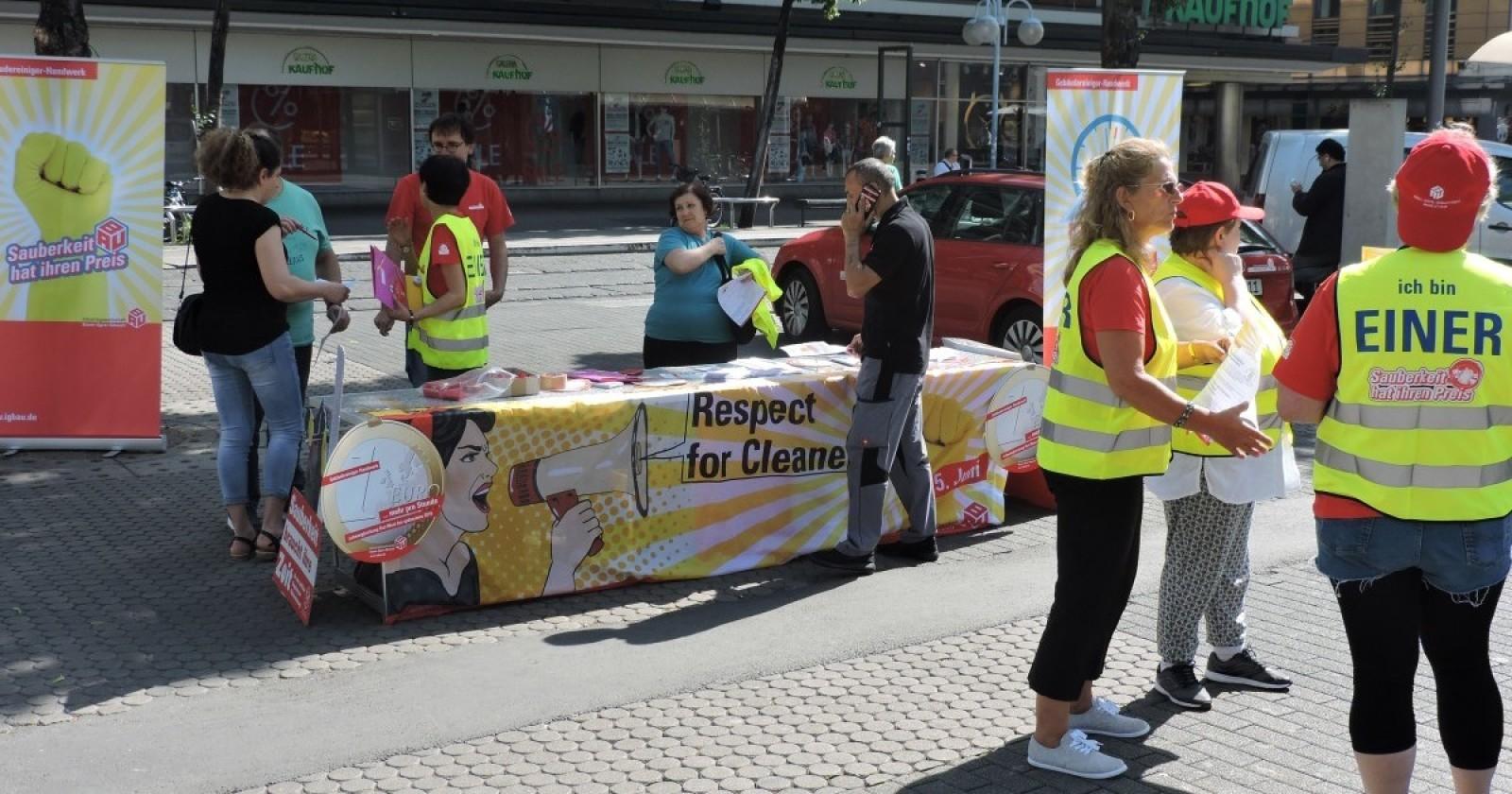 Gemeinsam kämpfen, gemeinsam feiern. Aktion in der Mannheimer Innenstadt.