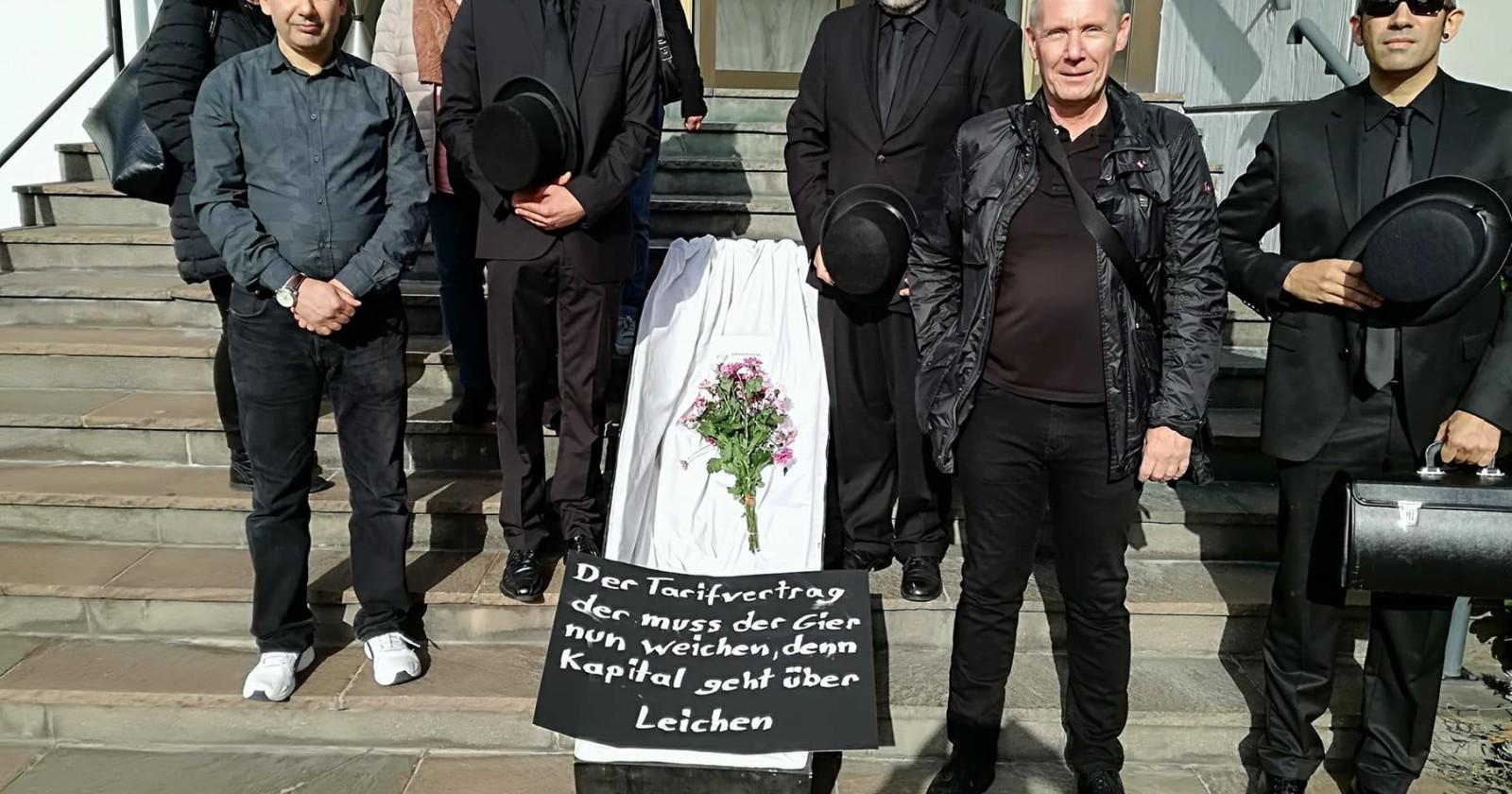 Trauerzug in Hessen gesichtet - Der Tarifvertrag, der muss nun weichen, denn Kapital geht über Leichen