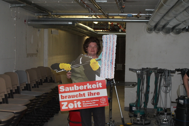 Arbeitnehmerinnen der Fa. F.J. Peterhoff  aus Düren erklären sic 011