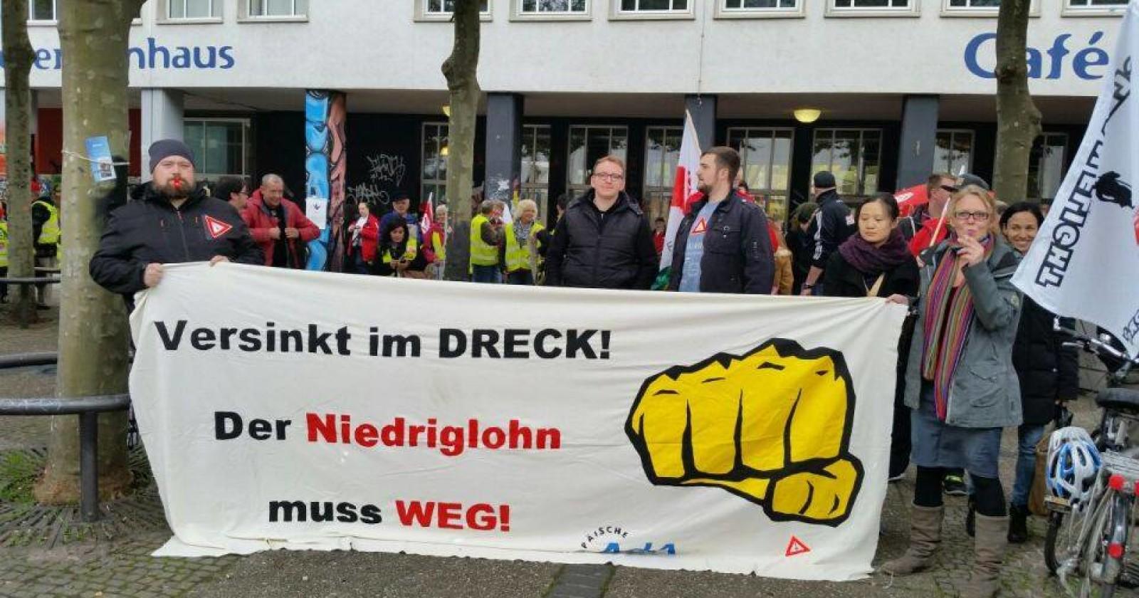 """Studentinnen & Studenten der AdA: """"Versinkt im DRECK! Der Niedriglohn muss WEG!"""""""