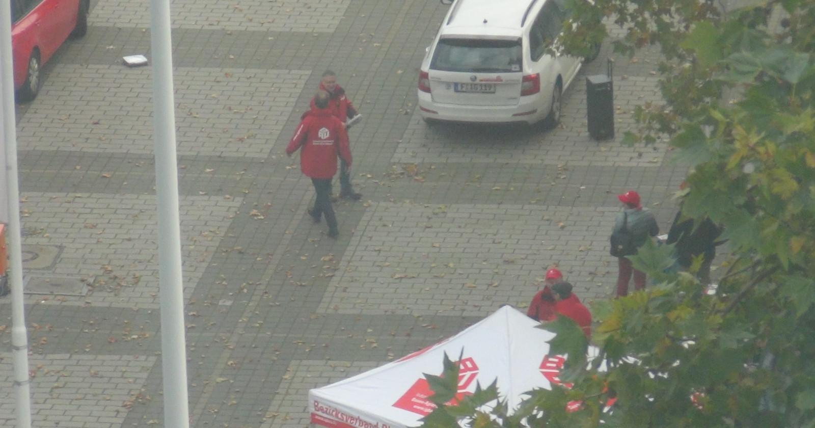 +++Frankfurt live 10:00 Uhr: Vor dem Verhandlungsort finden die ersten Aufbauarbeiten statt