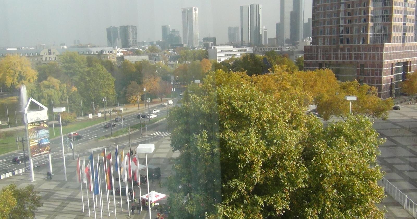 +++ Frankfurt live 12:50 Uhr - Vor dem Verhandlungslokal steht schon die Bühne +++