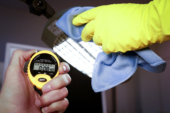Der Kampf gegen die Uhr: Exakt 8,4 Sekunden für das Abstauben der Schreibtischlampe. Für das Komplett-Putzen eines 18-Quadratmeter-Büros hat eine Gebäudereinigerin gerade einmal 2 Minuten und 19 Sekunden Zeit. © IG BAU