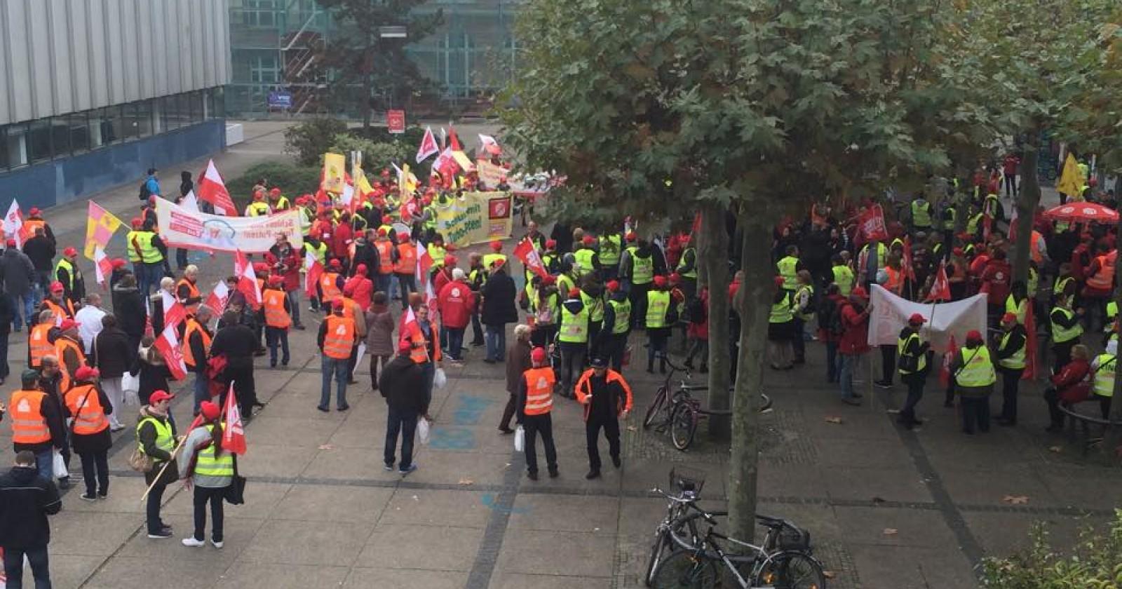 +++ Frankfurt live 11: 50 Uhr - Demo-Strecke wird für öffentlichen Personen Nahverkehr komplett gesperrt