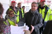 Video: 4000 gegen Turbo Putzen - Gebäudereiniger übergeben Unterschriften an Arbeitgeber