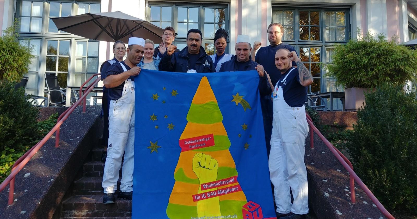 """""""Her mit dem Weihnachtsgeld!"""" - Reinigungskräfte im Kasino Hotel der Bayer-Werke Leverkusen stehen hinter ihrer Forderung"""