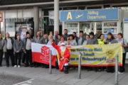 Weihnachtsmän wieder am Flughafen in München unterwegs