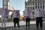 Gebäudereiniger in Schwaben informieren Passanten in der Augsburger Innenstadt am Tag der Gebäudereinigung