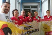 Beschäftigte von Max Schmidt in Augsburg demonstrieren mit Buttons Forderung nach Weihnachtsgeld