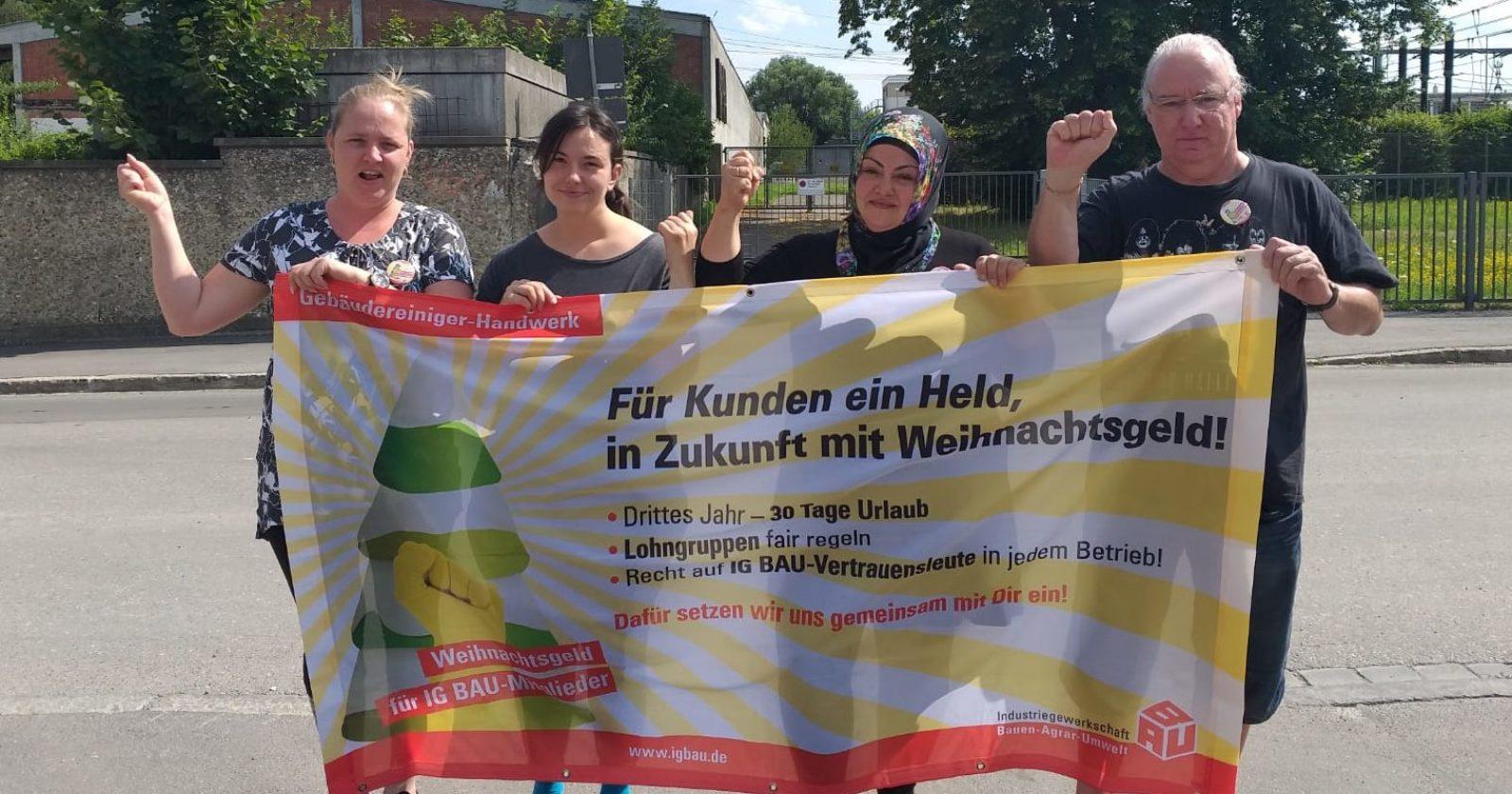 Reinigungskräfte von Max Schmidt in Augsburg stehen zu den Forderungen der IG BAU