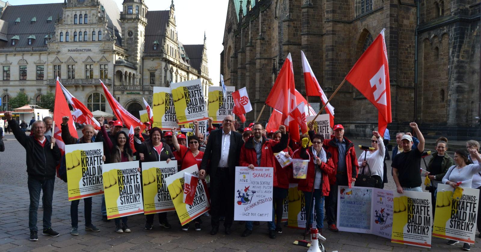 Beschäftigte der Gebäudereinigung beim Warnstreik und Protestaktion in Bremen