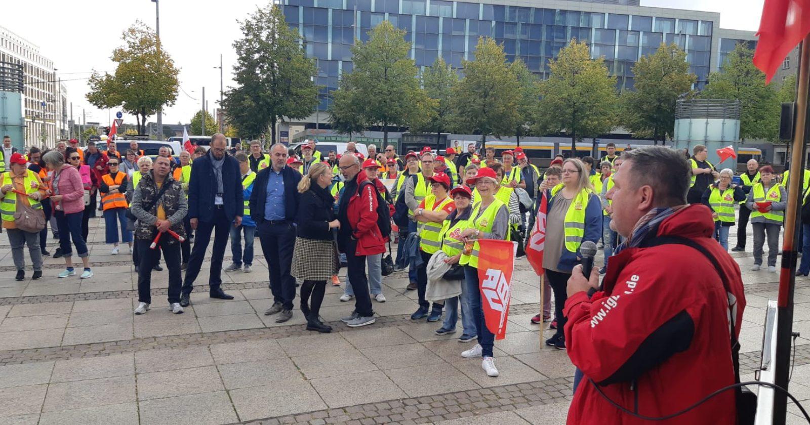 500 Beschäftigte der Gebäudereinigung protestieren in Leipzig für einen fairen Rahmentarifvertrag