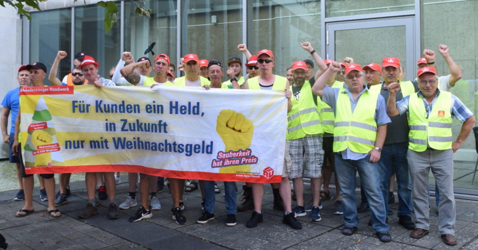 Solidarität im Arbeitskampf - Streikende bei Riva zeigen sich solidarisch mit Gebäudereinigern