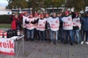 Beschäftigte der Industriereinigung von ISS Automotive bei BMW Dingolfing im Warnstreik