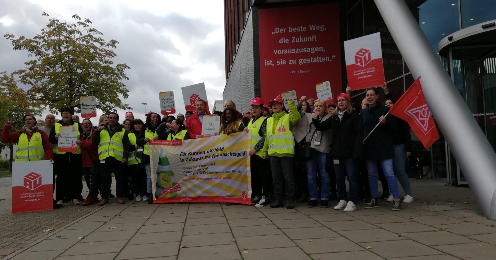 VIDEO: Warnstreik der Gebäudereiniger bei VW Wolfsburg – IG Metall Vertrauensleute und Betriebsräte unterstützen Beschäftigte der Gebäudereinigung.