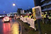 """Warnstreiks trotz strömenden Regens –  Mit """"Sauber gehupt"""" machen Gebäudereiniger in Aachen Autofahrer auf Tarifkonflikt aufmerksam"""