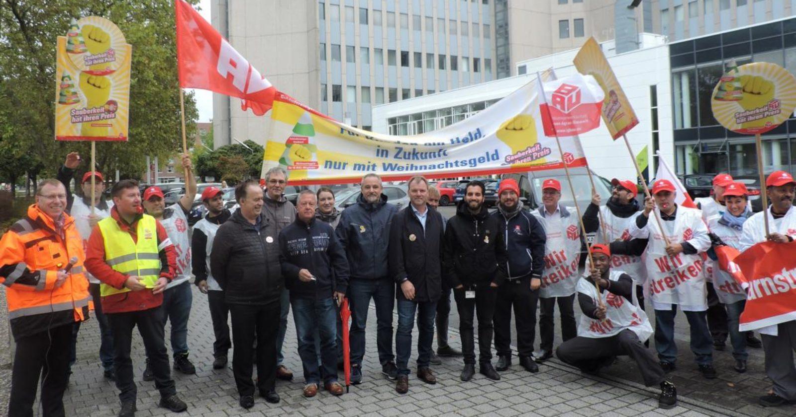 Gute Stimmung beim Warnstreik der KollegInnen von Piepenbrock bei Siemens in Karlsruhe