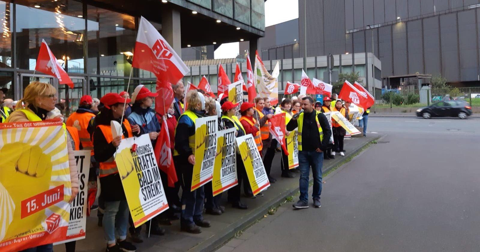 Reinigungskräfte und Industriereiniger von ISS, Klüh und Rudolf Weber streikten vor ThyssenKrupp in Duisburg