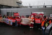 """""""Zum Fliegen um die Welt, brauchen wir ein Weihnachtsgeld"""" Warnstreikaktion am Berliner Flughafen Tegel sorgt für große Aufmerksamkeit"""