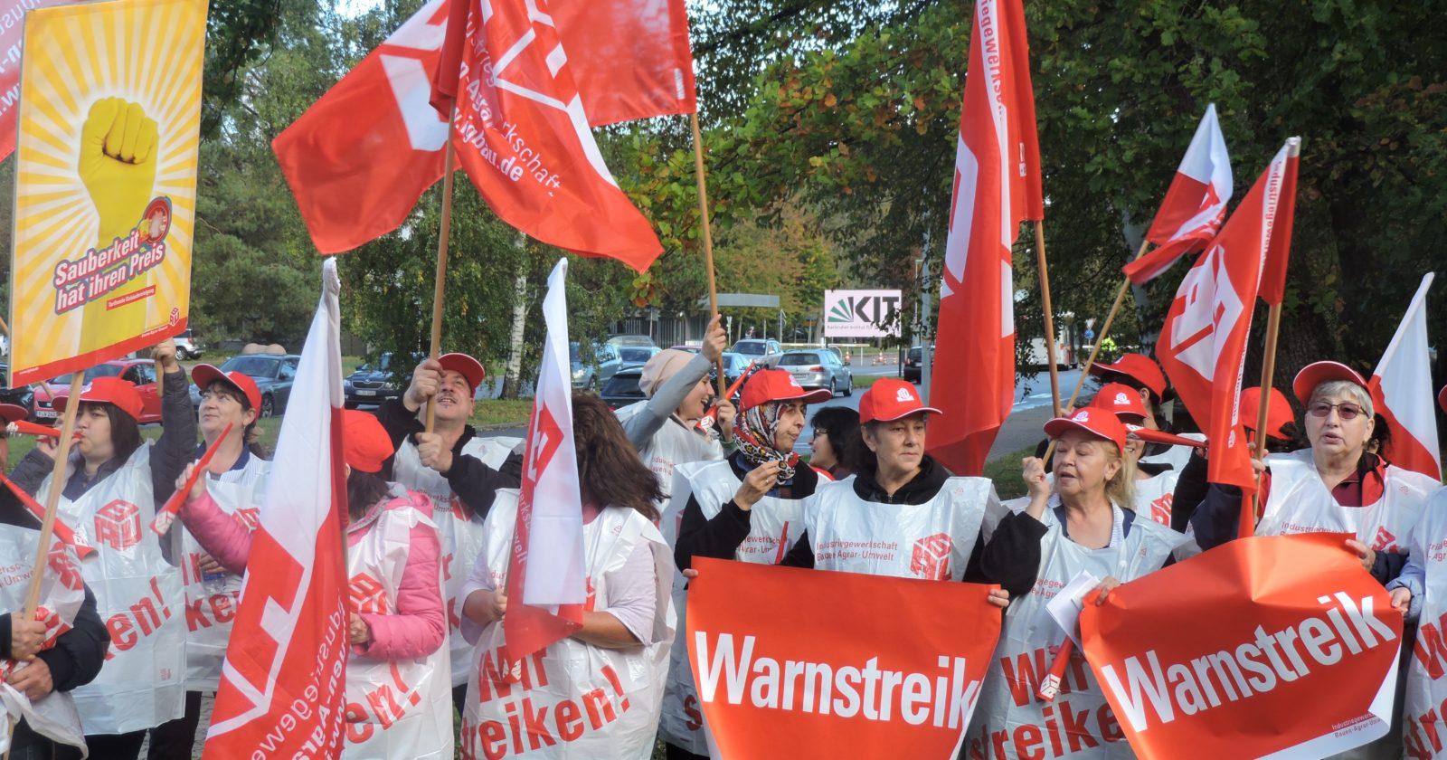 Beschäftigte der Gebäudereinigung von COWA und Gegenbauer bei Warnstreik in Karlsruhe